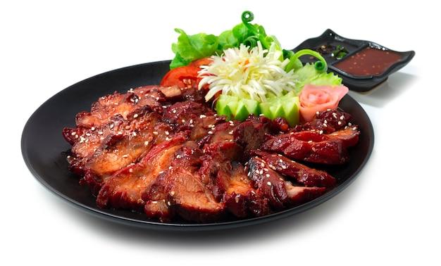 흰색 배경에 고립 된 소스와 함께 하얀 접시에 참 깨와 바베큐 로스트 돼지 고기 홍콩 스타일