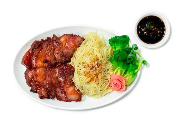 흰색 배경에 고립 된 하얀 접시에 달콤한 소스와 계란 국수 바베큐 구운 돼지 고기