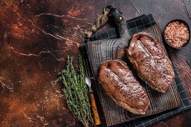 Жареный на гриле лопатка или стейк из говядины с устричным лезвием австралии вагю. вид сверху.