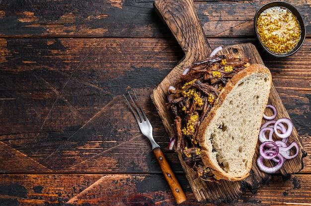 Bbq texas sandwich с телятиной грудинкой, обжаренной на медленном огне