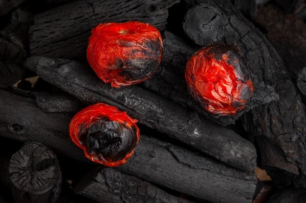 木製の木炭、フラットレイアウトのバーベキュートマト。