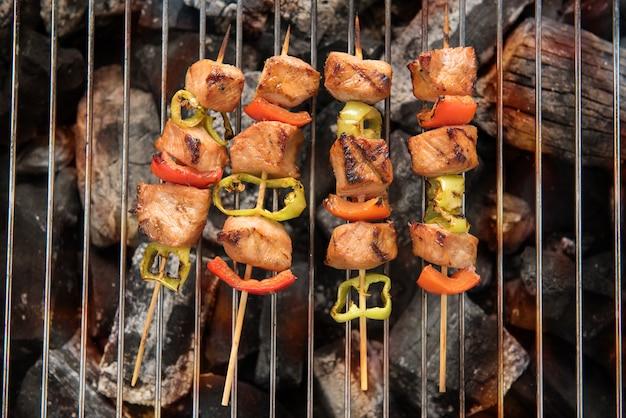 料理とバーベキュー。鶏肉とピーマンの炭火焼き
