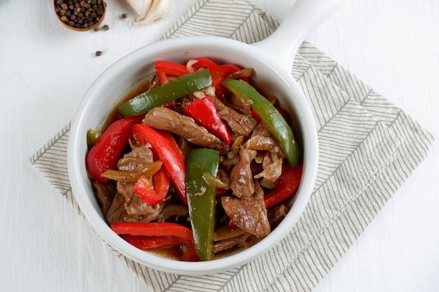 Bкитайская кухняжареная говядина с черным перцем