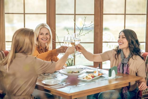 Bday 파티. 생일을 축하하고 쾌활하고 행복해 보이는 세 여성