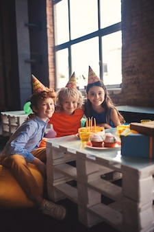 Bday。 bdayを祝って満足している3人の子供