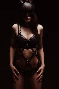 Bdsm 개념. 검은 가죽 란제리와 토끼의 마스크에 섹시한 여자