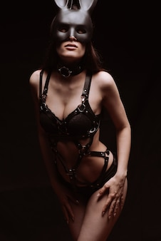 섹시한 아름다운 검은 가죽 속옷과 마스크에 bdsm 소녀