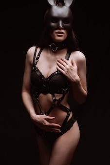 セクシーな美しい黒革の下着とマスクの緊縛の女の子