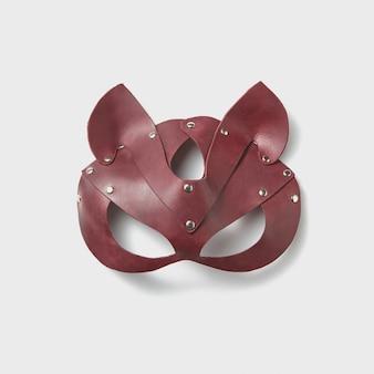 Bdsm 빨간 가죽 고양이 섹스 마스크는 밝은 회색 벽에서 역할 놀이를합니다. 페티쉬 마스크. 섹스와 에로틱 한 게임 개념.