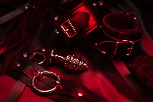 Bdsmセックスのための金属製肛門プラグとチョーカー付きレザー手錠