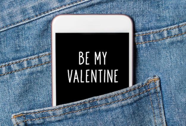 ジーンズの愛とバレンタインのコンセプトのバックグラウンド電話で私のバレンタインになります