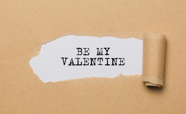 破れた紙の背景の愛とバレンタインの概念で私のバレンタインになります