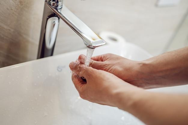 책임감 있고 손을 씻으십시오. 화장실에서 손 씻기. 세계 대유행.
