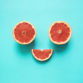 青に赤オレンジ色の食べ物で平べったい笑顔に