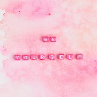 Будь самой бусинами текст типографика на розовом
