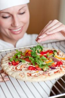 ピザを準備する美しい女性シェフ