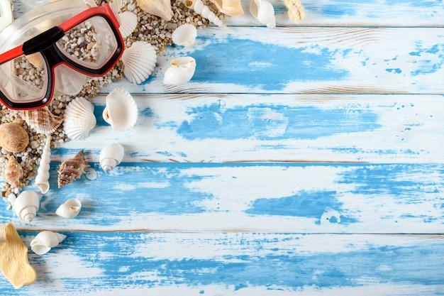 Пляжные аксессуары на винтажной синей деревянной доске