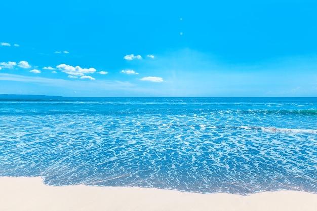 Пляж и красивое тропическое море под чистым голубым небом