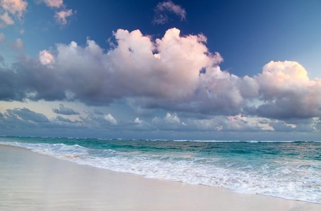 Пляж и красивое тропическое море
