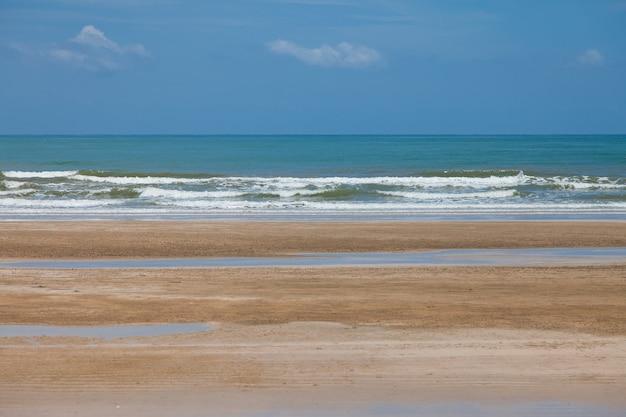 해변과 푸른 하늘, 바다와 하늘.