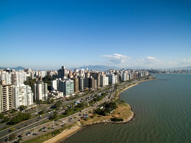 ビーチと建物ベイラマルノルテ/フロリアノポリス。サンタカタリーナ、ブラジル。 2017年7月