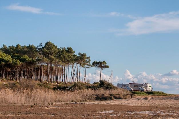 Quarteira의 해변과 절벽