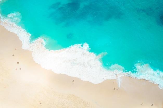 Пляж и песок на берегу моря с фоном с высоты птичьего полета