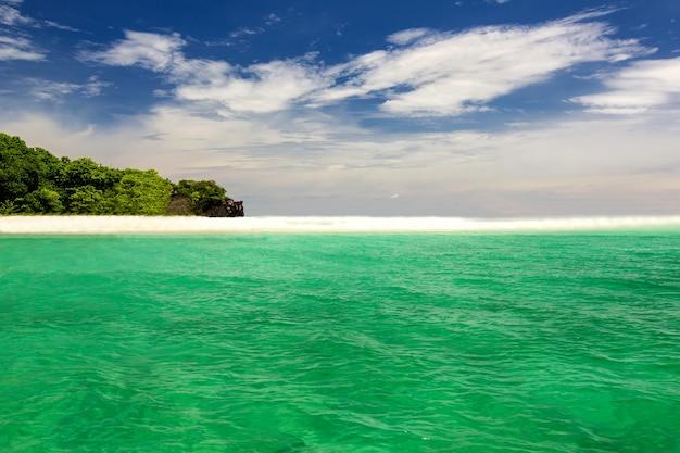Пляж и песок с синим океаном, красивое небо, ко липе, таиланд
