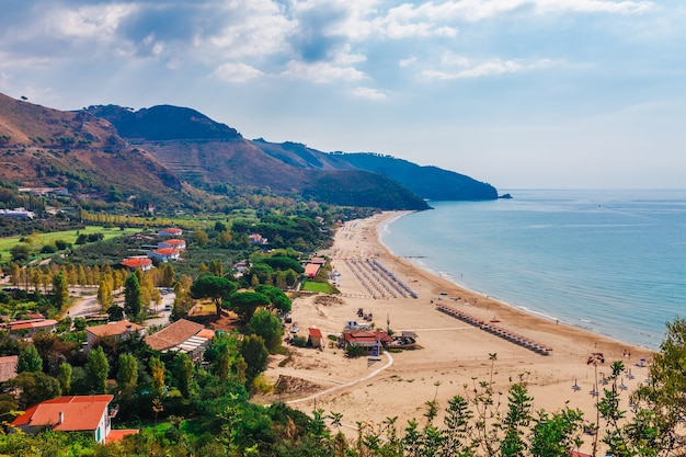 Sperlonga, lazio, italy의 해변과 바다 풍경. 아름다운 모래 해변과 그림 같은 만의 맑고 푸른 물이 있는 경치 좋은 리조트 타운 마을. riviera de ulisse의 유명한 관광지
