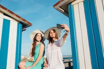 Концепция пляжа и лета с участием женщин