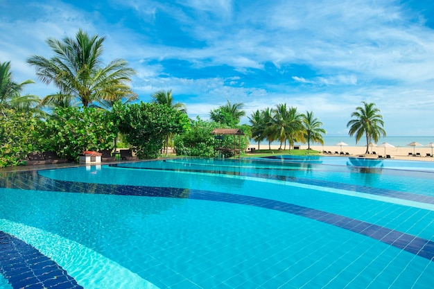 아름다운 하늘과 해변과 열대 바다 리조트