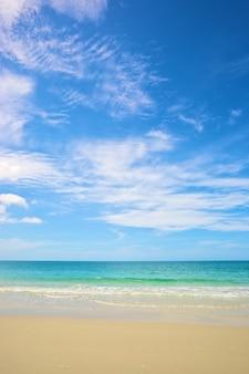 Пляж и тропическое море под ярким голубым небом в летний день