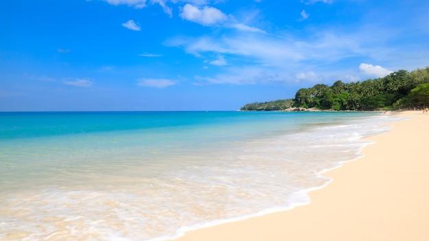 태국에서 푸른 하늘 배경으로 해변과 열대 바다