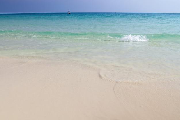 Пляж и волна синего океана на фоне песка летом