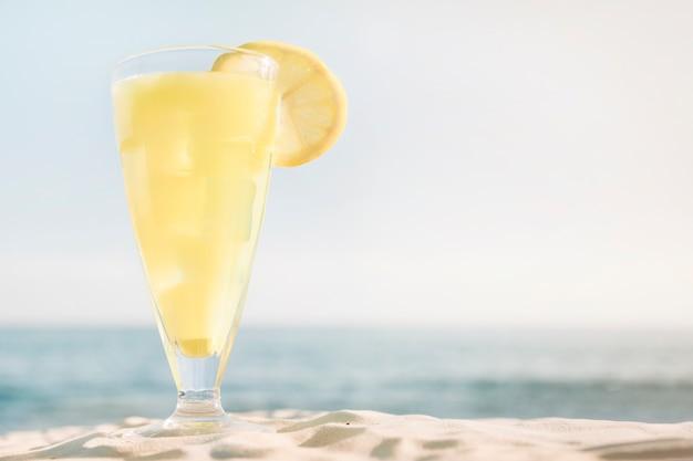 Sfondo spiaggia con cocktail fresco
