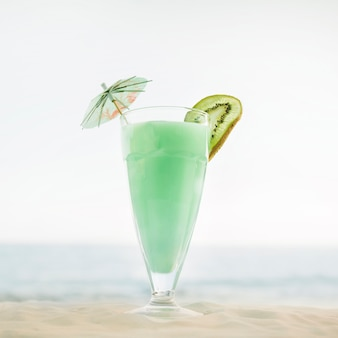 Sfondo spiaggia con cocktail verde