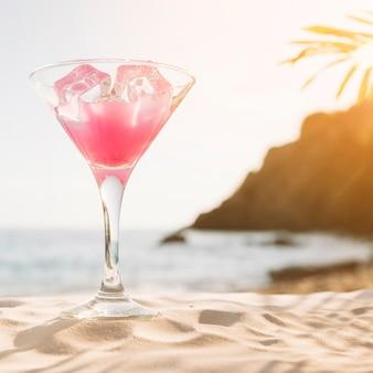 Sfondo spiaggia con cocktail rosa