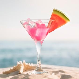 Sfondo spiaggia con anguria e cocktail