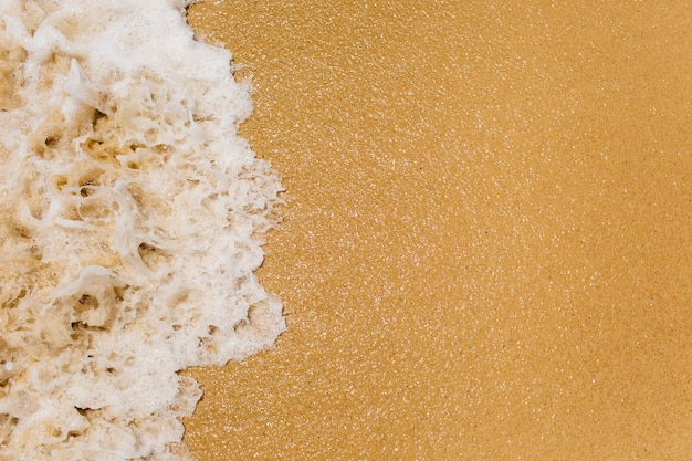 Sfondo spiaggia con onde e copyspace sulla destra