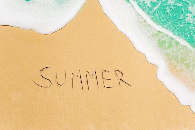 모래로 작성 된 단어와 함께 해변 배경