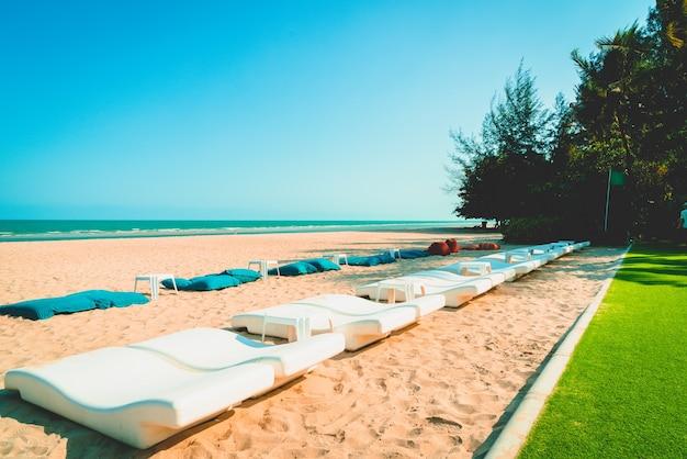Пляжный мешок фасоли с фоном океана моря