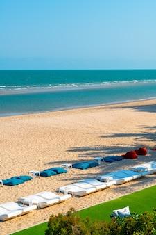 Пляжный мешок фасоли с фоном океана море