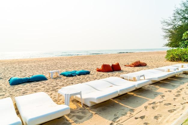해변에 비치 빈 가방 및 선베드