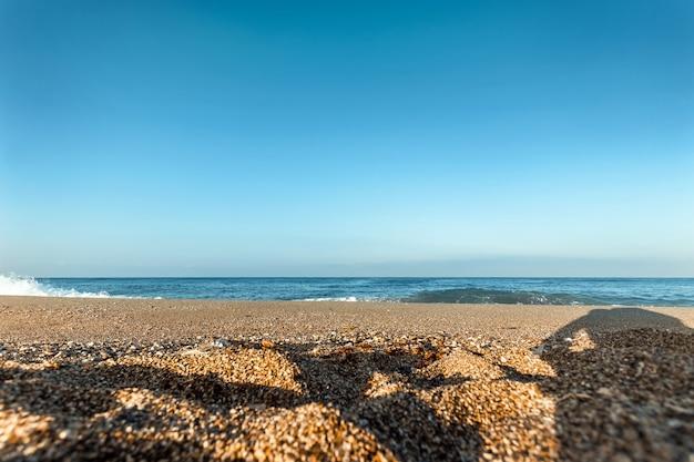Пляж, синее море, волны. ноутбук, отдых, прогулки по пляжу.