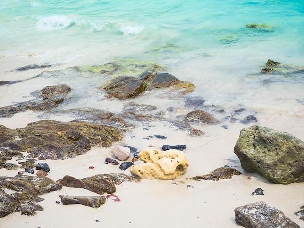 旅行や夏の休暇のための白い柔らかい波と石とビーチの青い海。オーシャンコーランタイ。