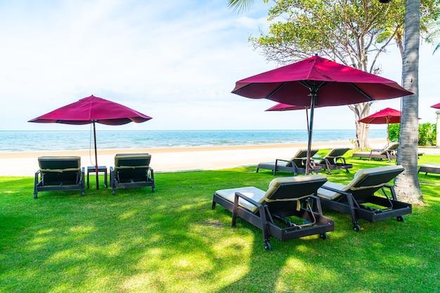 바다 바다 해변 배경으로 비치 의자와 우산