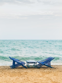 夏に来る海の前のビーチチェア