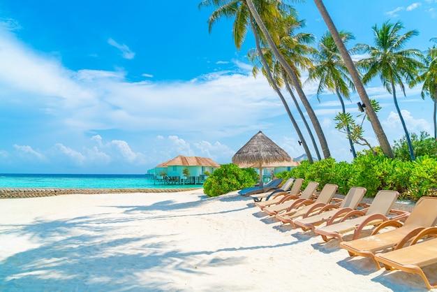 열대 몰디브 섬 해변과 바다와 해변 의자-휴일 휴가 concep
