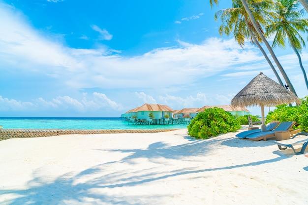 熱帯のモルディブの島のビーチと海とビーチチェア