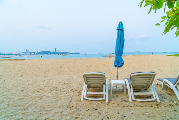 パタヤの海のビーチで傘を持つビーチチェア